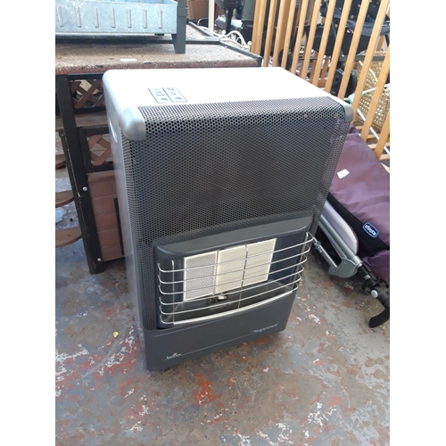 40 - A TWO TONE GREY SUPERSER HELIUS PORTABLE GAS HEATER WITH BOTTLE AND REGULATOR...