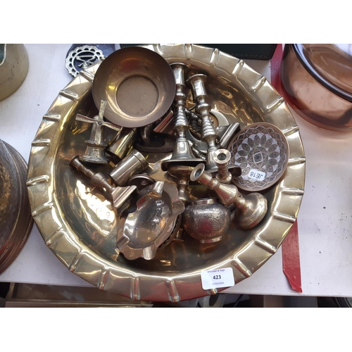 423 - A LARGE COLLECTION OF BRASSWARE TO INCLUDE LARGE BOWL, CANDLESTICKS, ASHTRAY, SAUCEPAN, BARLEY TWIST...