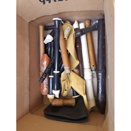 459 - A BOX CONTAINING A LARGE QUANTITY OF VINTAGE AND MODERN RECORDERS...