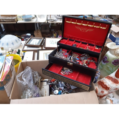 471 - A BOX CONTAINING VARIOUS COSTUME JEWELLERY...