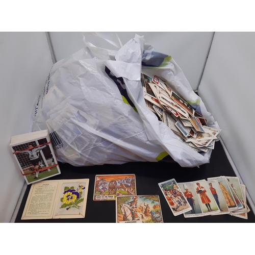 514 - A BAG CONTAINING A LARGE QUANTITY OF CIGARETTE AND TEA CARDS TO INCLUDE WILLS, PLAYERS ETC....