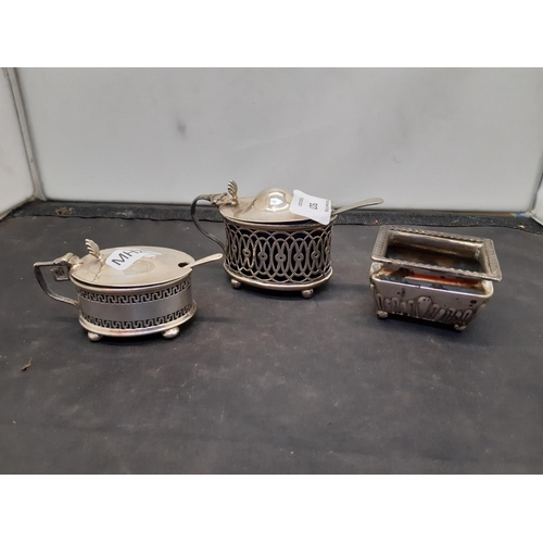 517 - FOUR ITEMS TO INCLUDE A HALLMARKED BIRMINGHAM SILVER SALT POT (MISSING LINER), A HALLMARKED BIRMINGH...