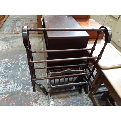 578 - TWO ITEMS TO INCLUDE A MAHOGANY EFFECT TOWEL RAIL AND A VINTAGE STYLE MAGAZINE RACK...