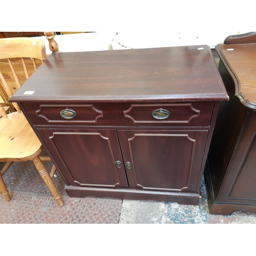622 - A MAHOGANY EFFECT MEDIA CABINET WITH TWO LOWER DOORS AND ONE DRAWER...