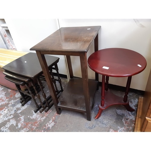 625 - THREE ITEMS TO INCLUDE A MAHOGANY EFFECT CIRCULAR OCCASIONAL TABLE, OAK TWO TIER SIDE TABLE AND AN O...