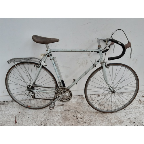 4 - A VINTAGE BLUE CARLTON PRE-AM MENS RACING BIKE WITH QUICK RELEASE WHEELS, PLETSCHER REAR CARRIER AND...