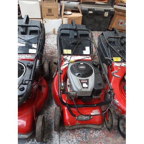 190 - A BLACK AND RED ROVER 850E IC SERIES PETROL LAWN MOWER WITH BRIGGS AND STRATTON ENGINE AND GRASS COL...