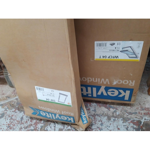 93 - A BOXED NEW KEYLITE ROOF WINDOW MEASURING 780MM X 980MM WITH MATCHING FLASHING KIT...