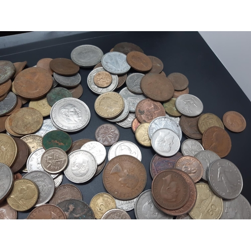 35 - A collection of coins of the world to include 1957 50 pesetas, 1950 half crown, 1963 20 centimes, 19...