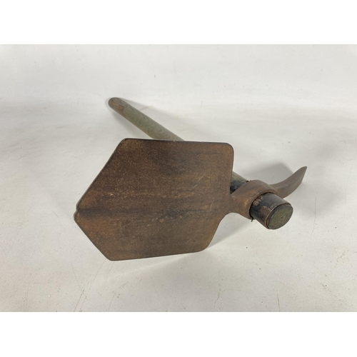 56 - A WWI Chillington British Army entrenching tool dated 1915 - approx. 42.5cm long