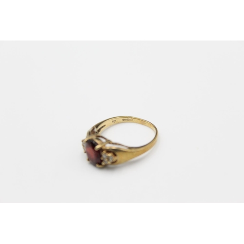 17 - A 9ct gold gemstone cluster ring, size P - approx. gross weight 3.3 grams