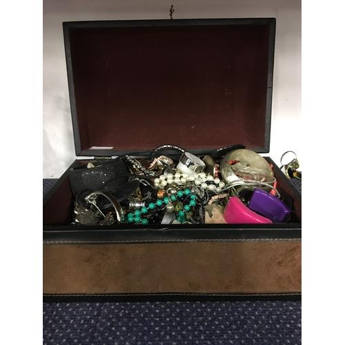 1019 - A casket containing costume jewellery....