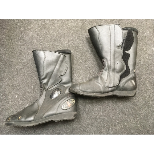 5M - A pair of Rayven motor cycle boots....