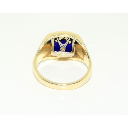423 - A 9ct gold masonic ring with swivelling head, one side plain and the other decorated with square and...