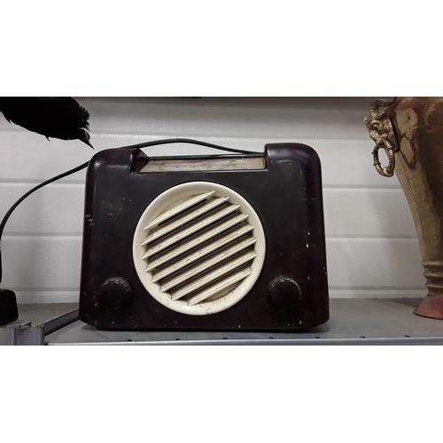 1009 - A vintage Bush bakelite radio....