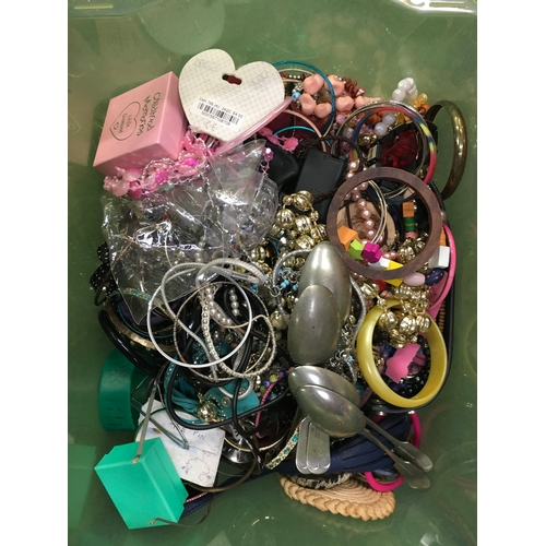 2019 - A large tub of costume jewellery....