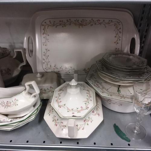 1041 - A large modern Eternal Beau china service set....