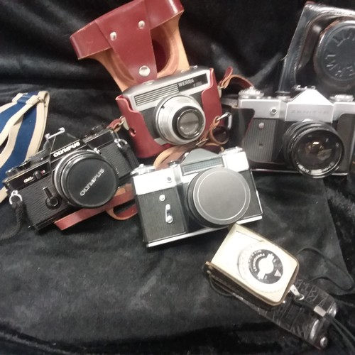 1147 - A box of various  cameras....