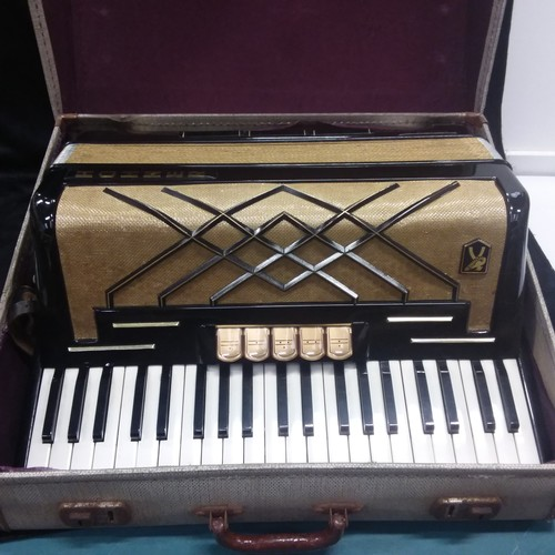1095 - A Hohner Virtuola III accordian in its carry case....