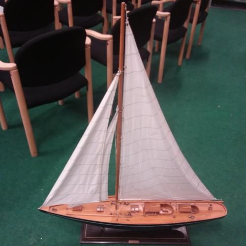 1010 - A model J-class sailing schooner.111cm to the top of mast....