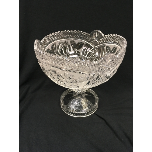 1021 - Crystal glass table centrepiece, 20cm high, 21cm diameter....