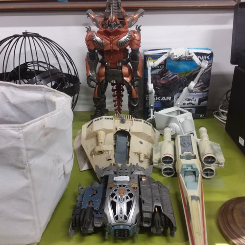 1107 - A selection of Transformer and Star War toys....