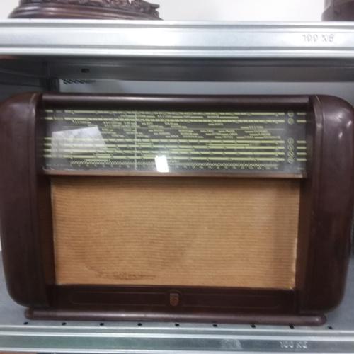 1193 - A Phillips bakelite vintage radio....