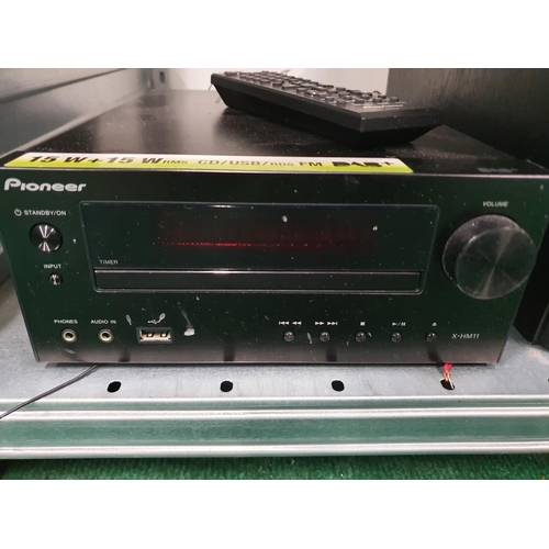 1228 - A Pioneer mini hifi system with speakers....