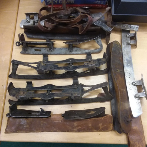 1407 - A collection of vintage ice skates....