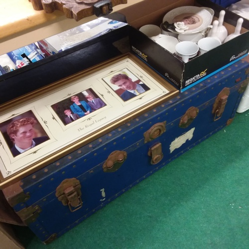 1412 - A very large collection of Royal memorabilia to include plates, books, magazines, china etc. Spread ...
