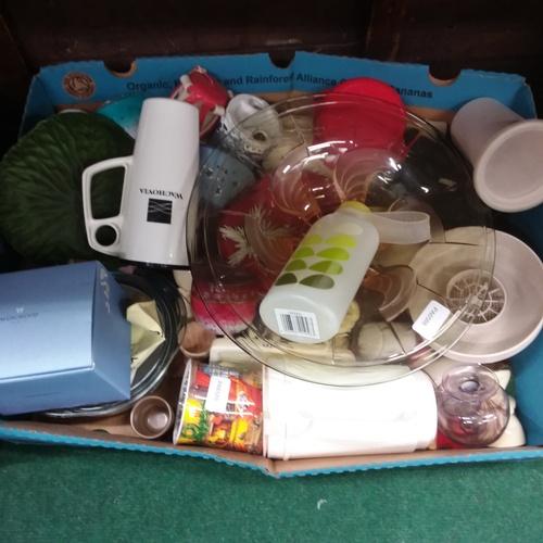 1425 - A box of assorted kitchenallia....