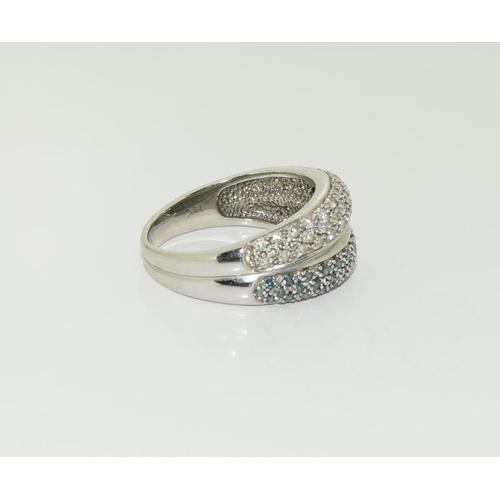 1378 - 14ct white gold ladies white and green diamond ring. 7g....