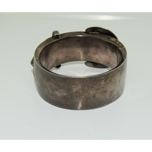 24 - Silver Victorian buckle bangle. (NI003)...