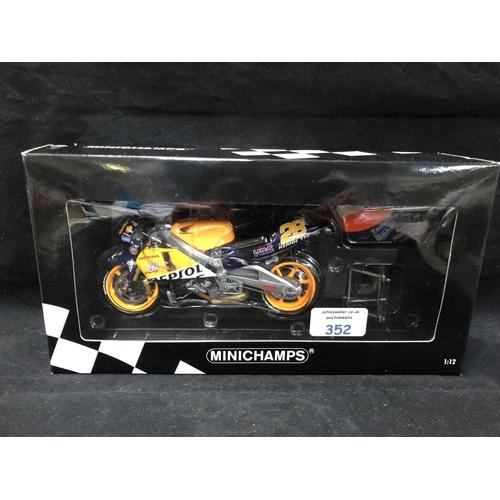 352 - A 'MINICHAMPS' 1:12 SCALE REPLICA GP 500 RACING BIKE MODEL - HONDA NSR 500 ALEX CRIVILLE, 2001, MODE...