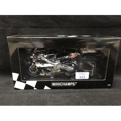 353 - A 'MINICHAMPS' 1:12 SCALE REPLICA GP 500 RACING BIKE MODEL - HONDA NSR 500 LORIS CAPIROSSI, 2001, MO...