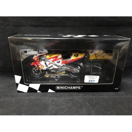 357 - A 'MINICHAMPS' 1:12 SCALE REPLICA GP 500 RACING BIKE MODEL - HONDA NSR 500 LEON HASLAM, 2002, MODEL ...