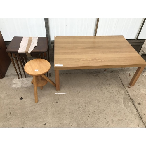 602 - THREE ITEMS - A BEECH STOOL, AN ARIGHI BIANCHI MAHOGANY NEST OF TABLES AND A MODERN OAK EFFECT COFFE...