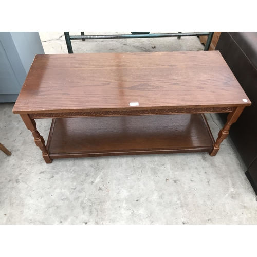635 - A RECTANGULAR OAK COFFEE TABLE WITH LOWER SHELF...