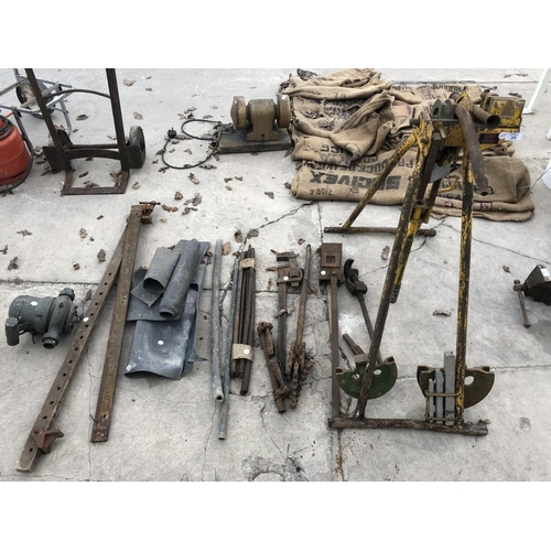 35 - A VINTAGE 'HILMOR' TYPE GL2 METAL VICE TOGETHER WITH VARIOUS LARGE STILSONS, LEAD, ETC...