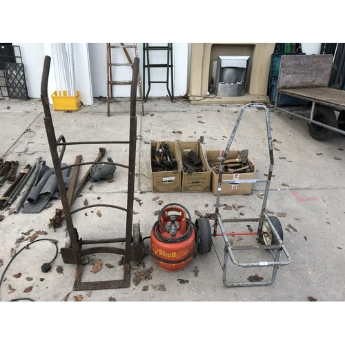 37 - THREE ITEMS - A FISHING TROLLEY, A GAS BURNER AND A VINTAGE METAL SACK TRUCK...