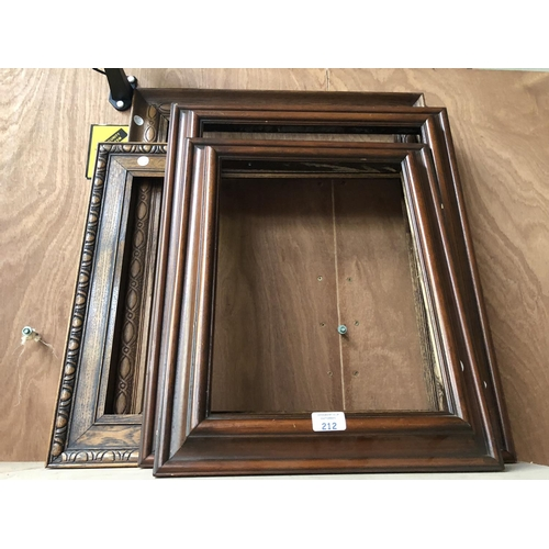 212 - A GROUP OF FOUR VARIOUS PICTURE FRAMES TO INCLUDE TWO OAK EXAMPLES AND TWO MAHOGANY EXAMPLES (4)...