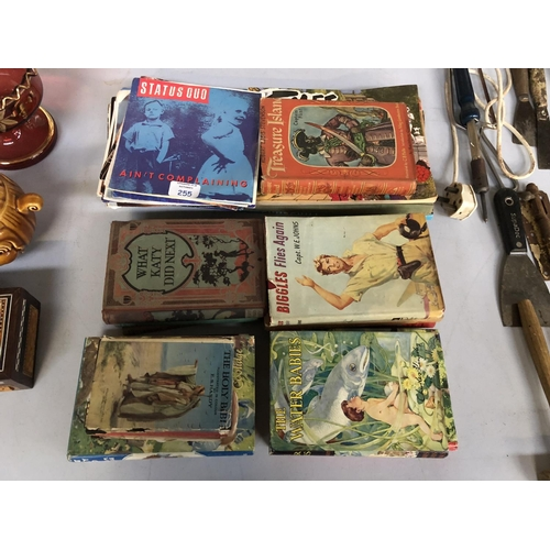 255 - A MIXED GROUP OF VINTAGE BOOKS TO INCLUDE 'BIGGLES FLIES AGAIN', 'TREASURE ISLAND' AND VARIOUS 45 RP...