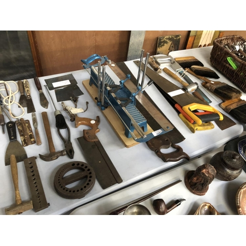 257 - A MIXED COLLECTION OF VARIOUS TOOLS TO INCLUDE SAW BRUSHES, HAMMERS, SCRAPPERS, SOLDER IRONS, MITRE ...