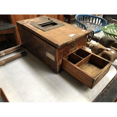 411 - A VINTAGE PINE CASH REGISTER, WITH LIFT-UP LID TO REVEAL INSTRUCTIONS, NUMBER 1282178-15, AND SLIDE ...
