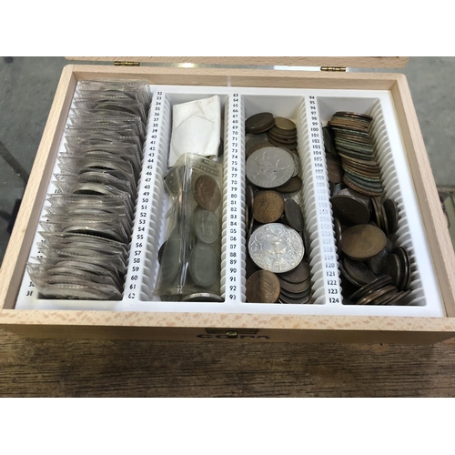 502 - A WOODEN BOX CONTAINING A MIXED QUANTITY OF ASSORTED COINAGE TO INCLUDE VARIOUS COMMEMORATIVE CROWNS...