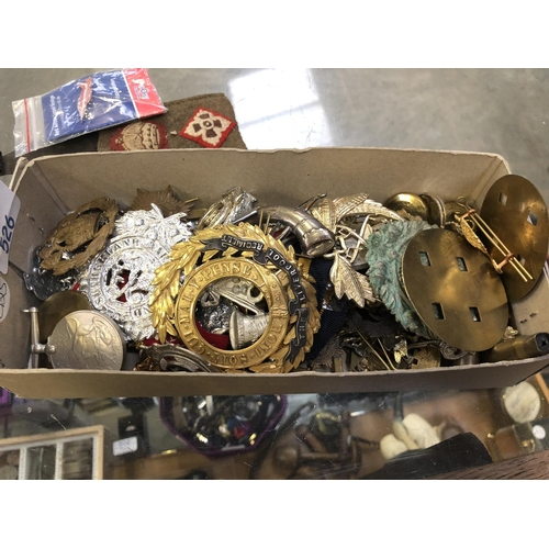 526 - A BOX CONTAINING A LARGE QUANTITY OF VARIOUS VINTAGE CAP BADGES AND BUTTONS TO INCLUDE 'THE LIVERPOO...