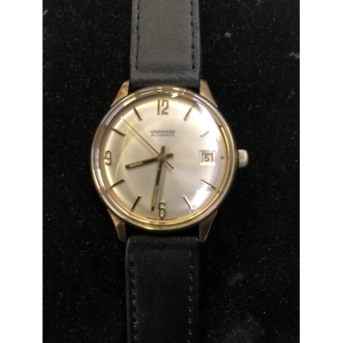 531 - A GENTLEMAN'S 9CT GOLD CASED 'GARRARD', AUTOMATIC SWISS MADE WATCH WITH DATE APERTURE TO 3 O'CLOCK (...