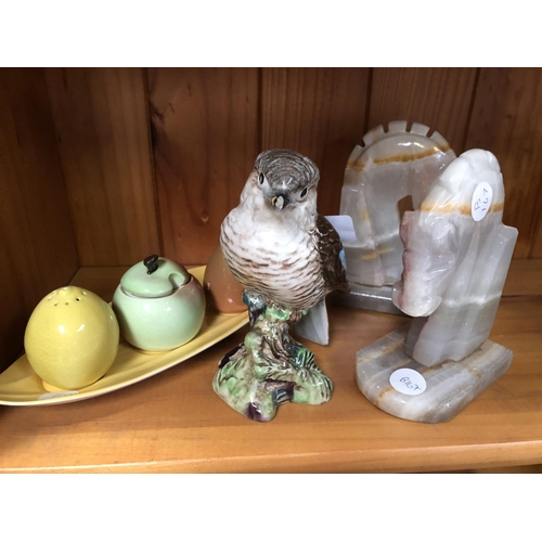 547 - A MIXED GROUP OF ITEMS TO INCLUDE A BESWICK MODEL OF A KOOKABURRA, 1159 (A/F), TWO MARBLE AFFECT BOO...