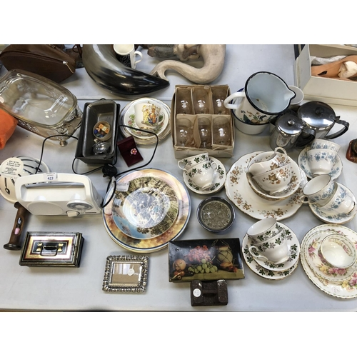 423 - A LARGE COLLECTION OF ASSORTED CERAMICS TO INCLUDE 'COLCLOUGH' PART TEA SETS ETC (QTY)...