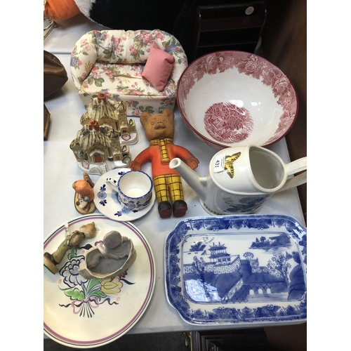 431 - A MIXED GROUP OF ITEMS TO INCLUDE AN 'ENOCH WOODS' RED AND WHITE TRANSFER PRINTED BOWL, BLUE AND WHI...